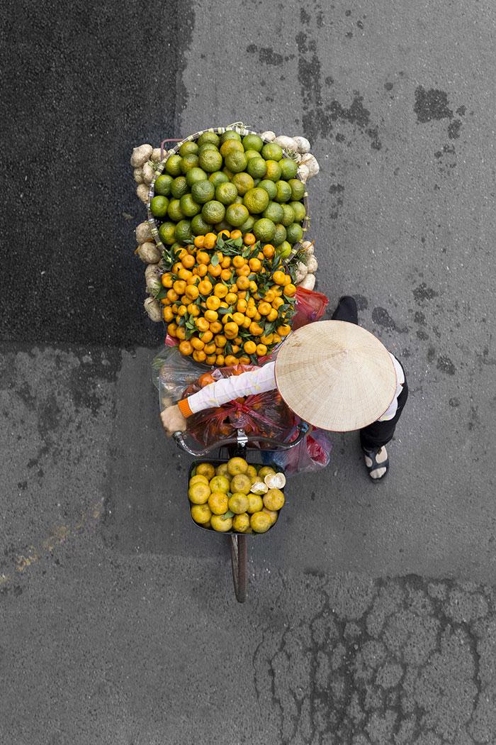 vietnamese-street-vendors-overhead-photos-hanoi-loes-heerink-4