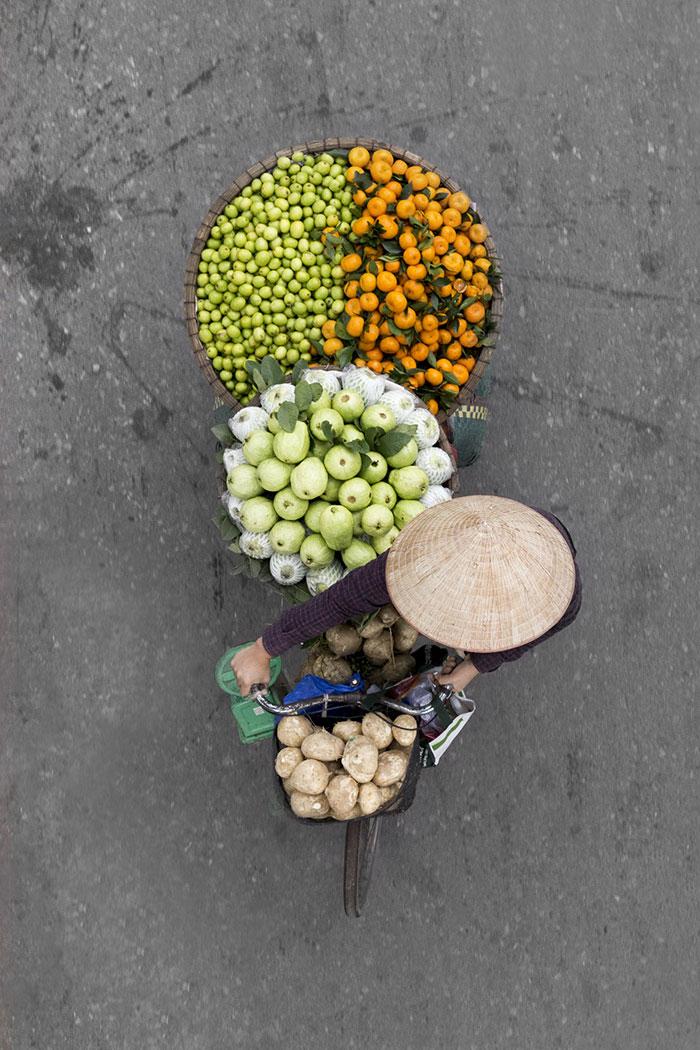 vietnamese-street-vendors-overhead-photos-hanoi-loes-heerink-5