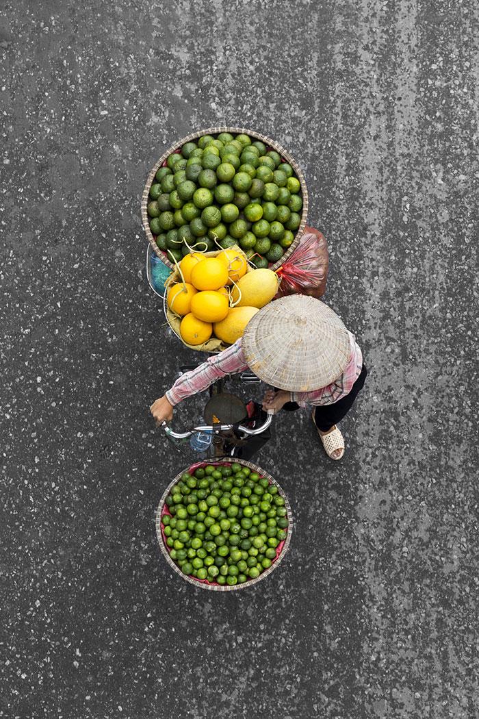 vietnamese-street-vendors-overhead-photos-hanoi-loes-heerink-8