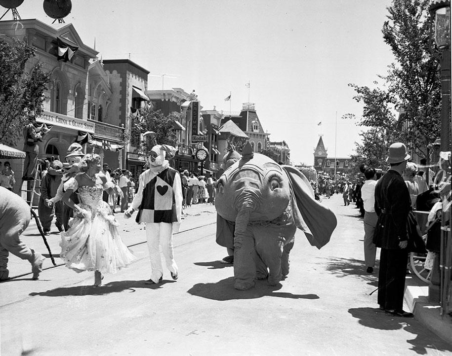 disneyland-opening-day-1955-24