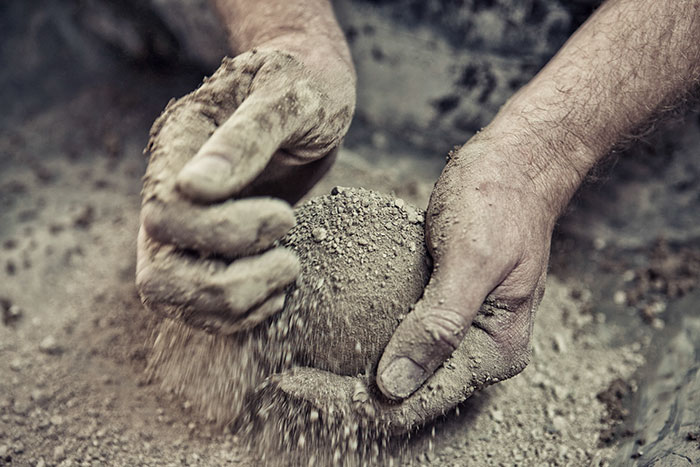 https://www.demilked.com/magazine/wp-content/uploads/2018/04/5ae6e45d5ed5e-mud-balls-hikaru-dorodango-bruce-gardner-new-mexico-15-5ae2c1c5cb5fa__700.jpg